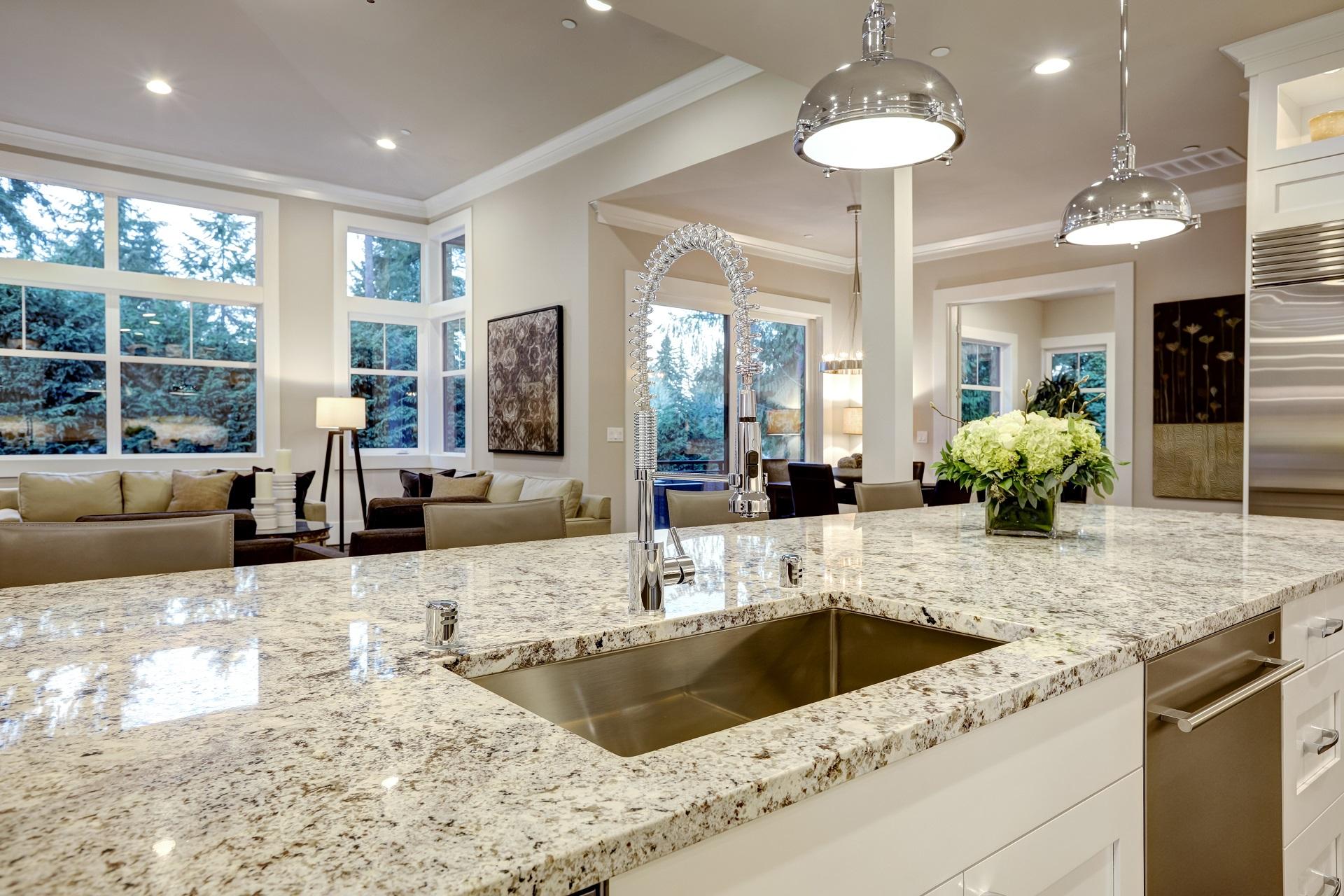 Kücheninsel mit einer Arbeitsplatte aus hellem Naturstein