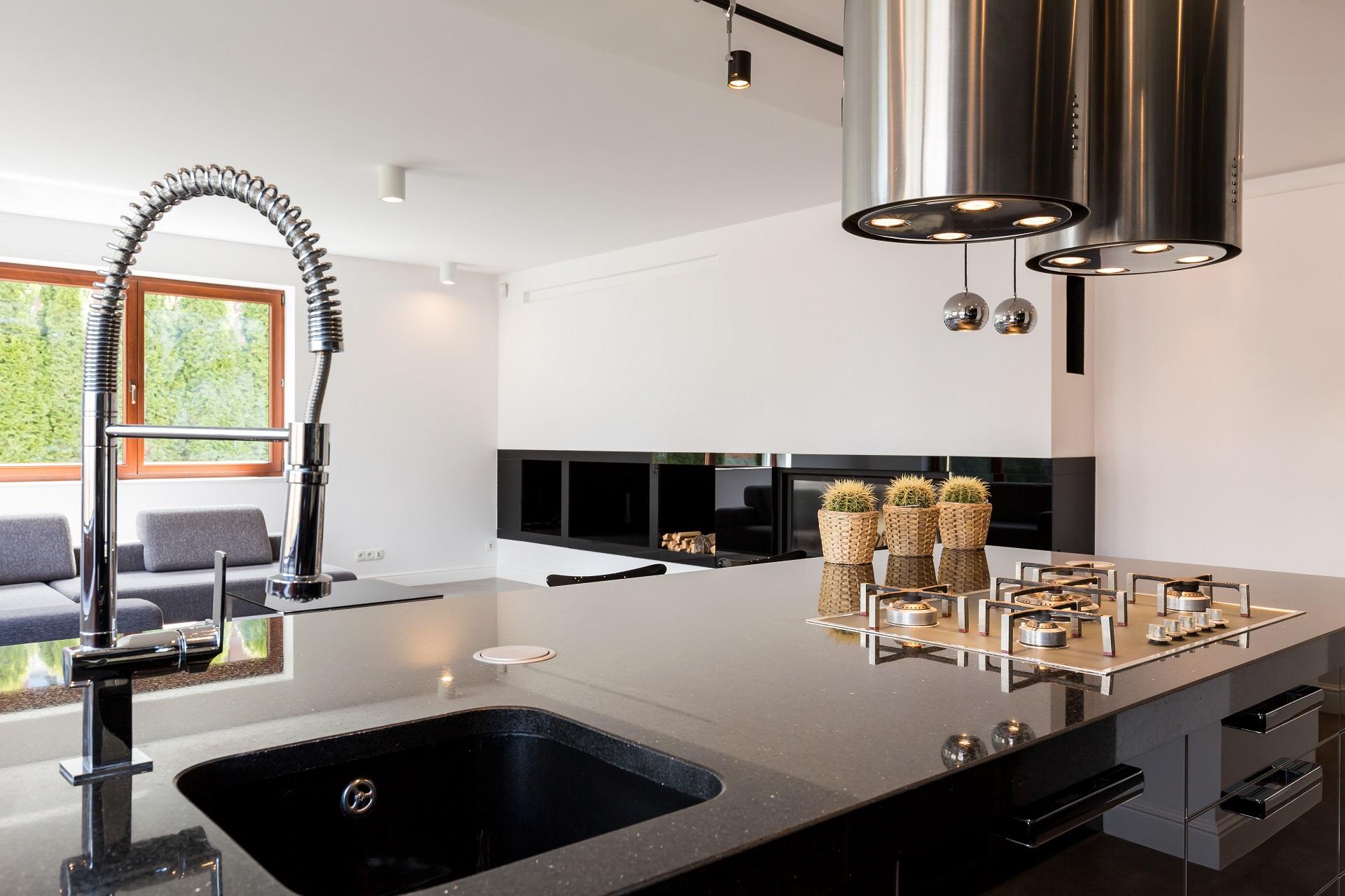 Moderne Küche mit schwarzer Arbeitsplatte